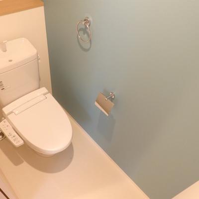 トイレも青のアクセントクロスが施されています。※写真は前回撮影時のもの