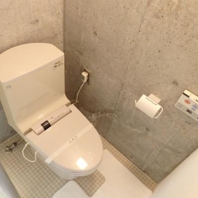 打ちっぱなしの壁に囲まれて、トイレ。