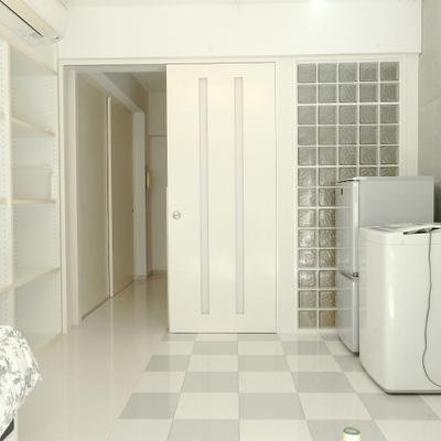 白メインの清潔感のあるお部屋。