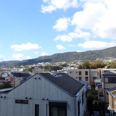 5階のお部屋から山沿いに建つ家々が望めます。