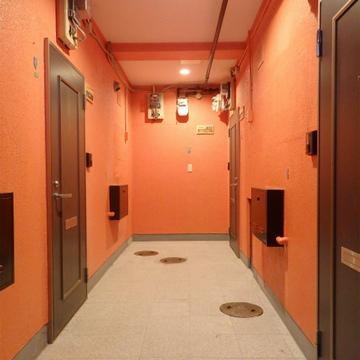 イエローの外観、バイカラーの内装、そして共有部はオレンジ。