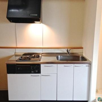 2口コンロのシステムキッチン。右には洗濯機置き場。