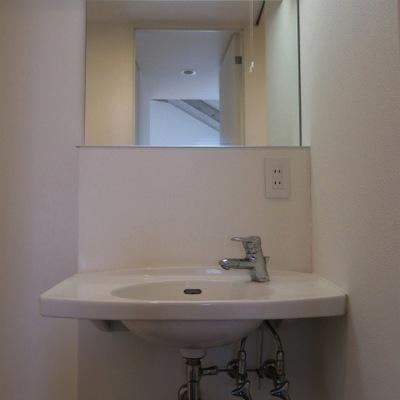 独立洗面台はすごくシンプル。