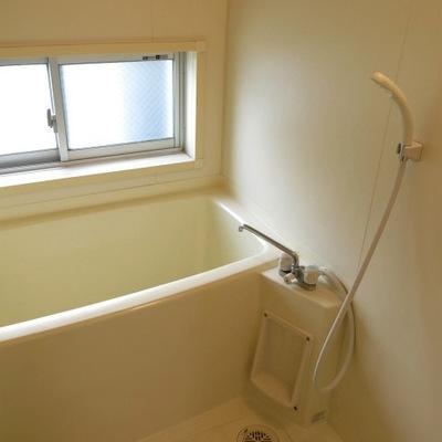 窓付のお風呂。追い炊きはありません。