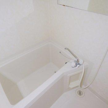 お風呂はしっかり!ゆったりと♪大きな鏡が横向きについています。