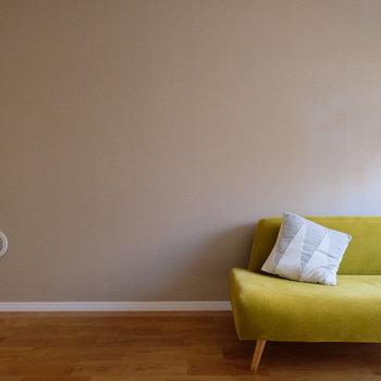 ソファーの横に、もう一つソファーを置けるくらいの余裕があります!アクセントクロスも◎