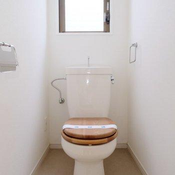 トイレはかわいい木便座◎窓がついているのもうれしいですね◎