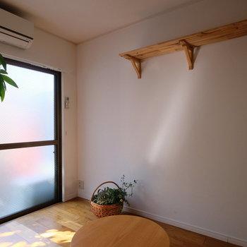 壁面には造作棚が。お気に入りのものをディスプレイしたい!