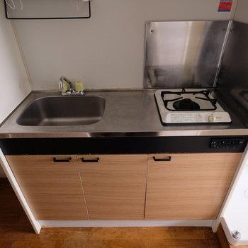 こちらがキッチン。一人暮しならこれで十分という人も多いはず。