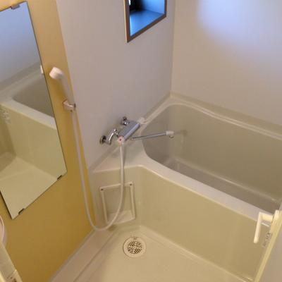 窓付きのお風呂はまずまずの広さ。
