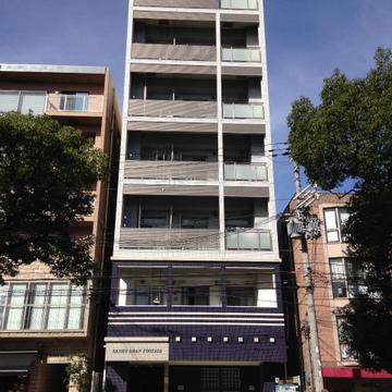 各階3部屋、細身なマンションです。