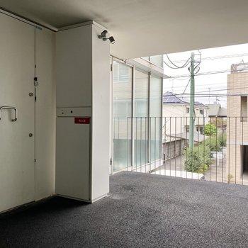 玄関前共用部。シンプルかつおしゃれな雰囲気です。