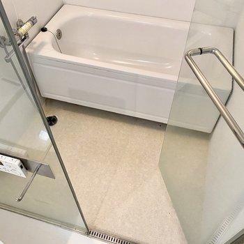 浴室は乾燥機付きで、洗い場も浴槽も広めですね。