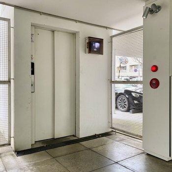 移動はエレベーターと階段で。