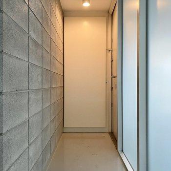 玄関は廊下のような奥行きを持っています。