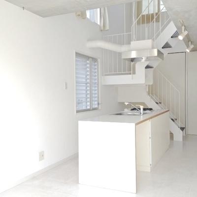 白で統一されたお部屋に、どでかいアイランドキッチンが!