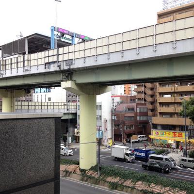 阪神高速がすぐそばを走っています。
