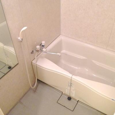 広めのお風呂でゆったりくつろいでください。