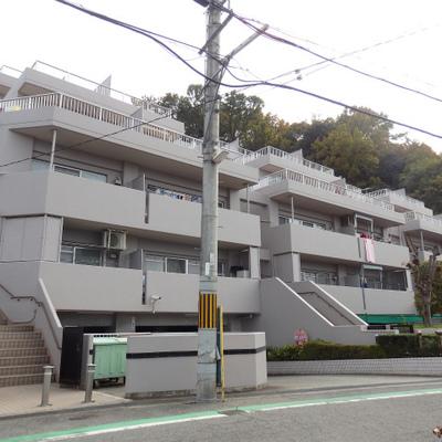 山に囲まれた場所に建つ美しいRC集合住宅