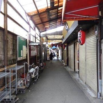 駅からはこの天満駅前北本通りを通っていきます。