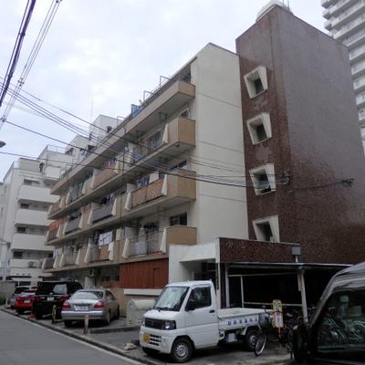 5階建て、非常にレトロなマンションです。