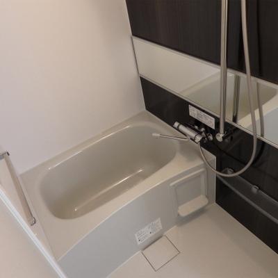 横長の鏡とシート貼りでイマ風なお風呂に。