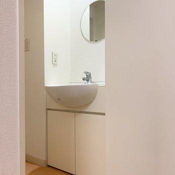 脱衣所には可愛い鏡が。
