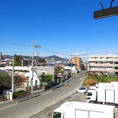 ベランダからの眺め。目の前は小学校です。