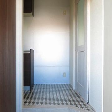 玄関は狭いですが、靴箱が設置
