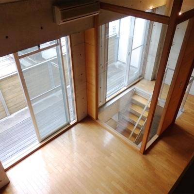ロフトから見下ろした図。上階は6帖ほどの広さ。