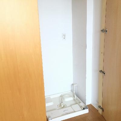 収納の右には洗濯機置き場。意外ですね