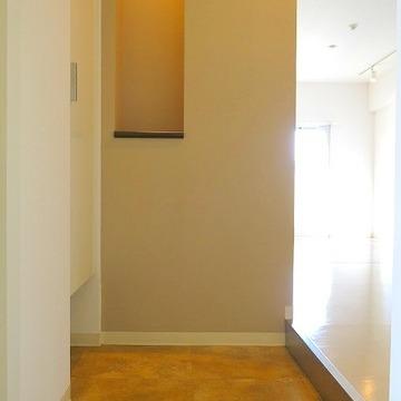 玄関には靴箱と何かを飾りたいスペースが!