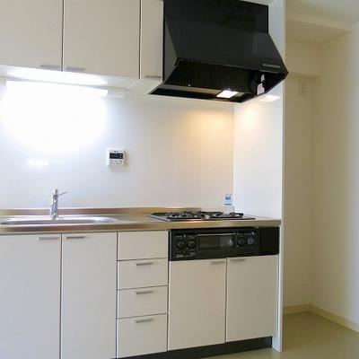 白いキッチンはコンパクトです