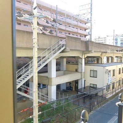 窓からは線路が見えます