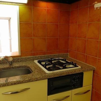 テラコッタの壁が可愛いキッチン。作業スペースはシンクトレーで確保しよう!