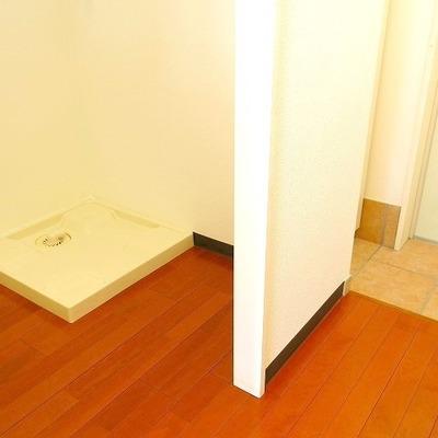 室内洗濯機置き場は玄関近く、キッチンの向かい側にありました