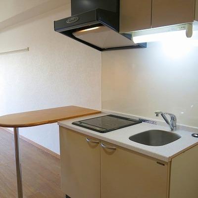 調理台に使えそうなデスクとコンパクトなキッチン