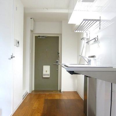 ステンレス、白い壁、木のフローリングで絶妙な素敵さ!!※写真別室