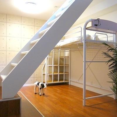 どどんと真ん中にある階段は、いい仕切りのような役割に。※写真別室