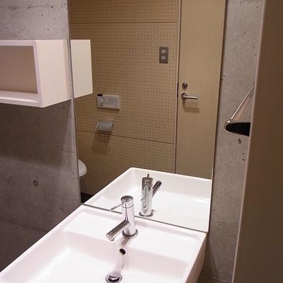 鏡の大きい洗面台