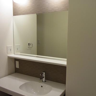 洗面台の鏡大きいです。