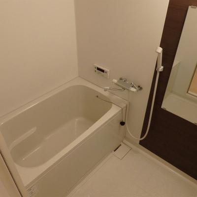 シート貼りでおしゃれな雰囲気のお風呂に。