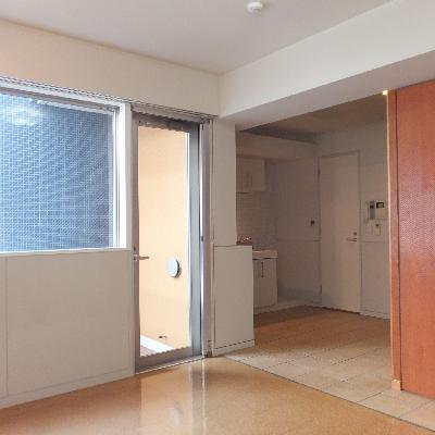キッチン奥に見える扉はトイレの扉