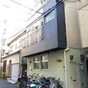 建物前には自転車が整列。ここに置けばいいのかな…?