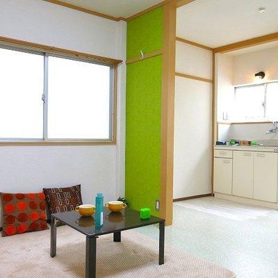 二面採光の部屋はライトグリーンでさらにポップに明るく。