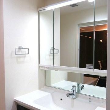 大容量の収納と大きな鏡が嬉しい洗面台