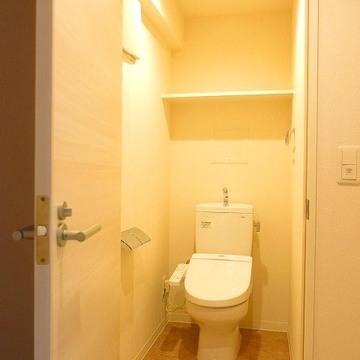 トイレは柔らかい光で落ち着いた雰囲気。