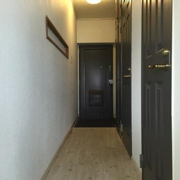玄関横にはコートなどが掛けられるフックがあります。