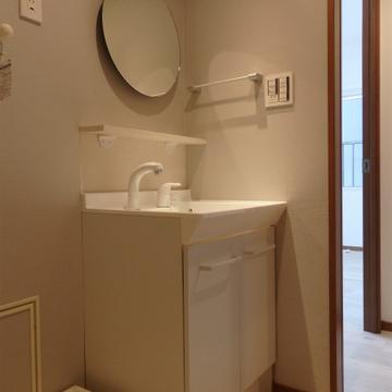 丸い鏡が可愛らしい洗面台。
