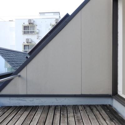 ウッドデッキが敷かれた上の階。